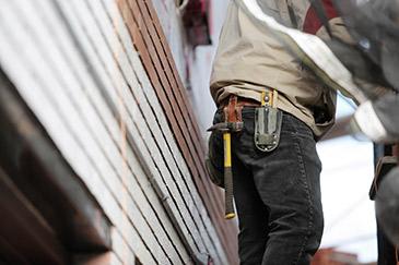 Tømrer i arbejde