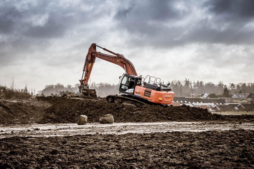 Vesti Olsen & Hansens gravemaskine flytter jord i Hvalsø
