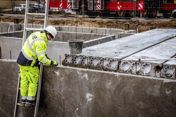Montering af betondæk på Idé Møbler Roskilde.