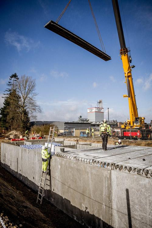 Kran hejser betonelementer ind på Idé Møbler i Roskilde