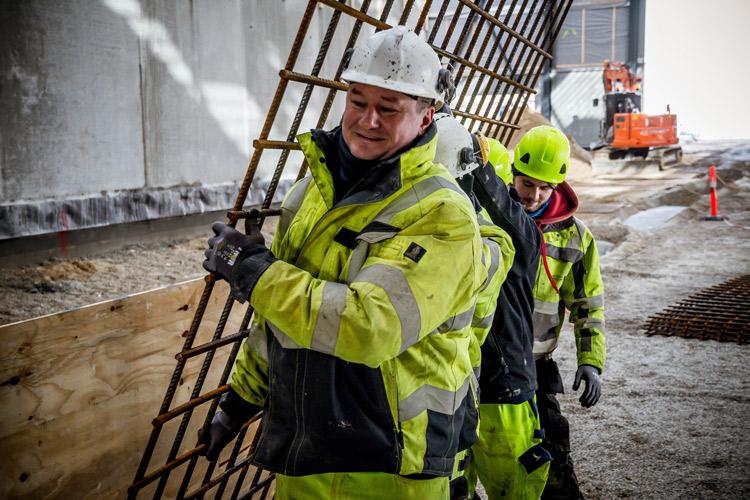 Medarbejdere fra Vesti Olsen & Hansen i gang med montage af armeringsnet