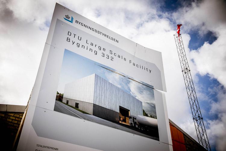 Byggepladsskilt på DTU Large Scale Facility