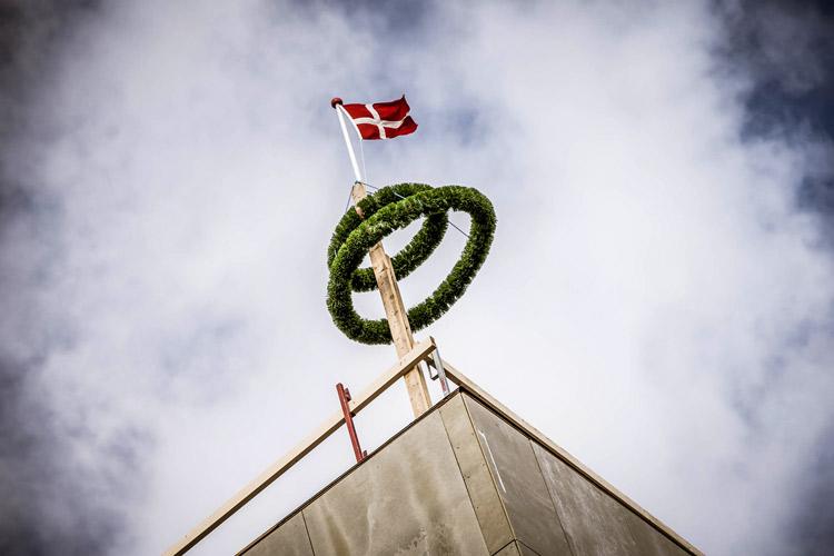 Krans og flag ved rejsegilde