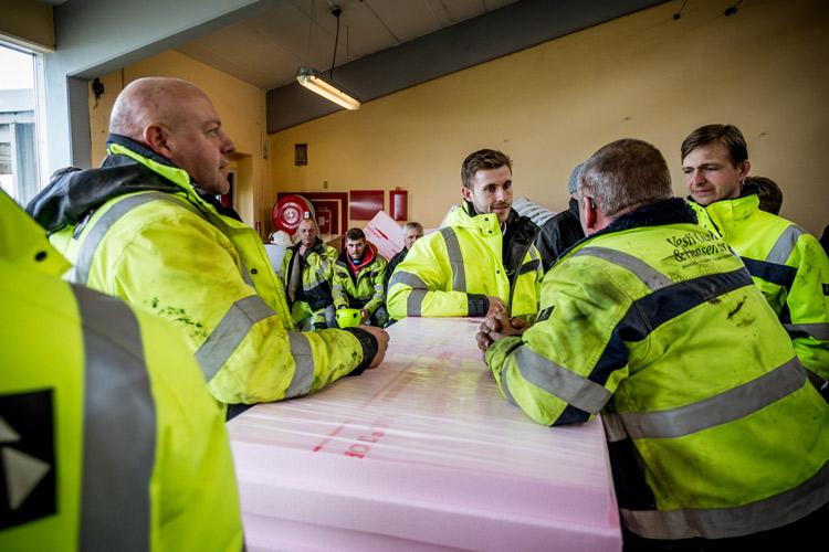 Repræsentanter for byggefirmaet Vesti Olsen & Hansen til rejsegilde på DTU Risø
