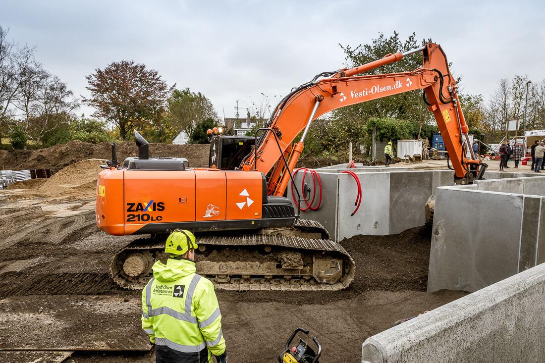 Opsætning af præfabrikerede betonelementer til genbrugsplads