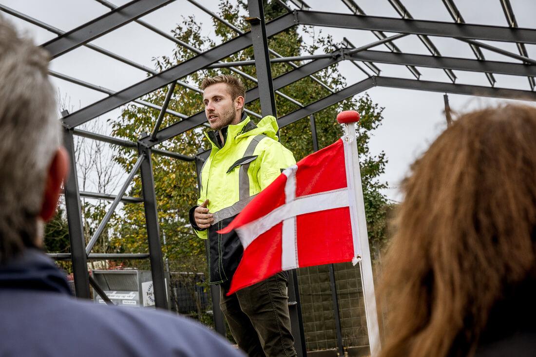 Christian Vesti Olsen holder tale ved rejsegilde