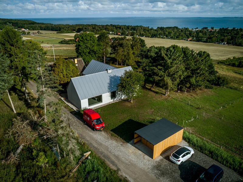 Dronefoto af huset i Asnæs med udsigt over Sejerøbugten
