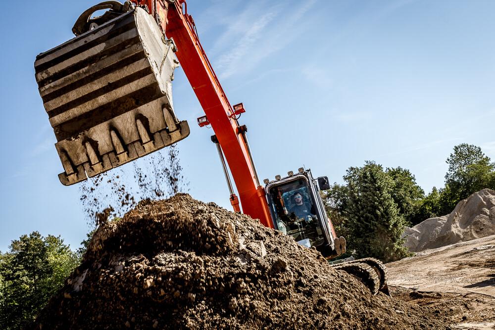 Gravefører igang med gravearbejdet