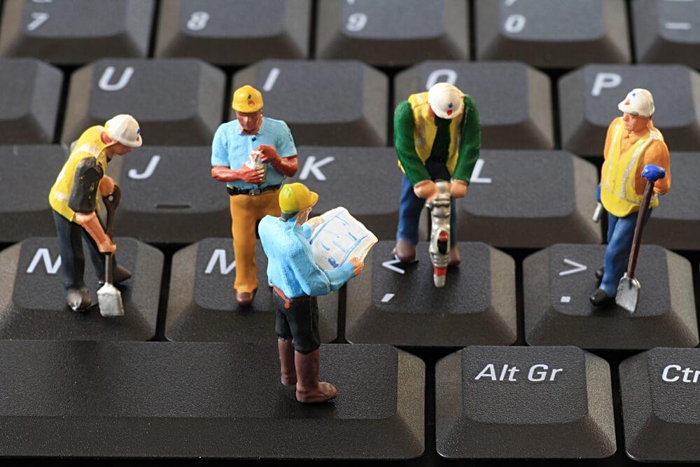 Byggefolk på tastatur