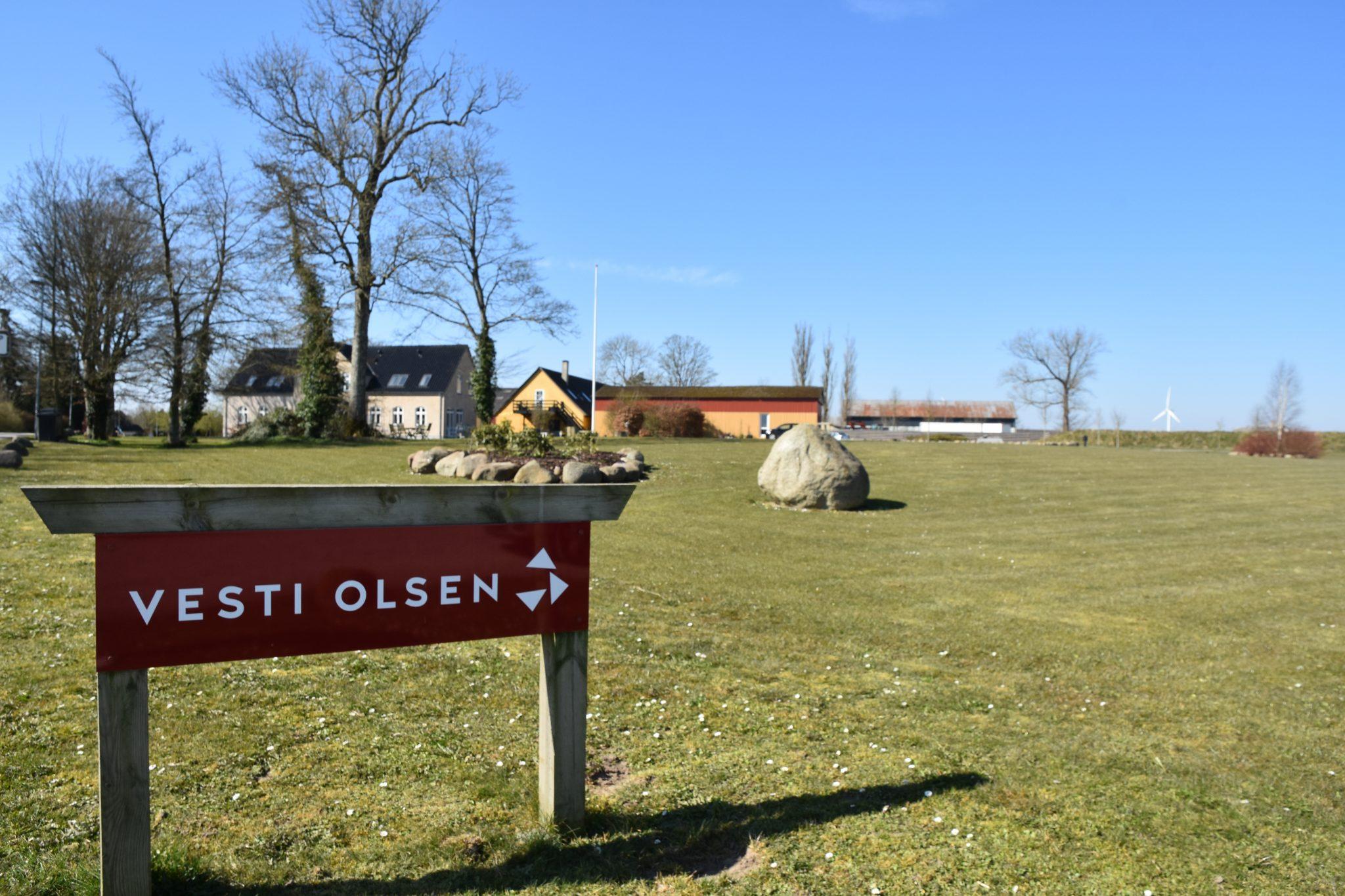 Skilt foran Vesti Olsen & Hansens hovedkontor