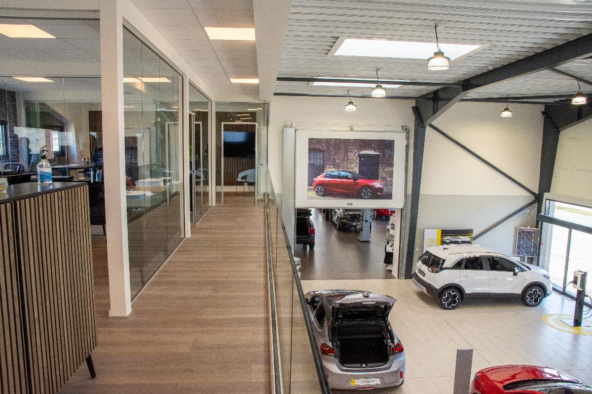 Billede af bilforhandler showroom