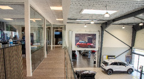 billede af showroom og kontorbyggeri